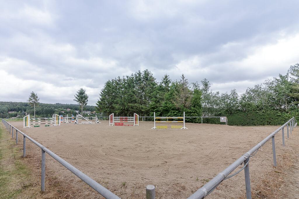 seitenansicht-reitplatz-stephanshof